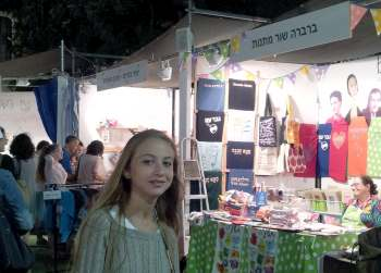 girl at hutzot hayotzer Jerusalem arts and craft fair